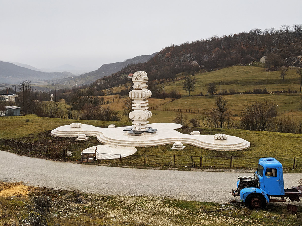 Krstac Spomenik